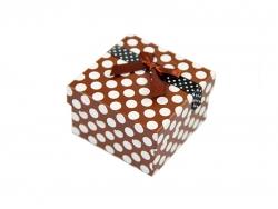 Подарочная коробка коричневого цвета в белый горошек