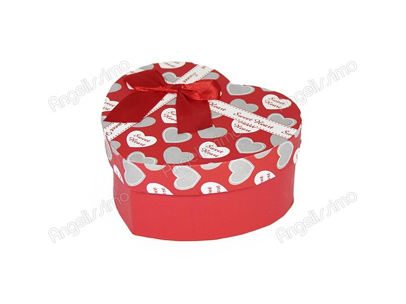 Подарочная коробка красного цвета с белыми сердечками