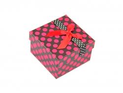 Подарочная коробка черного цвета в красный горошек